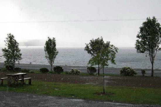 Te Anau Lakeview Holiday Park: View of Lake Te Anau from outside the apartment