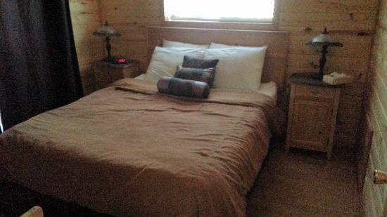 Mogollon Resort Cabins: A very comfortable master bedroom.
