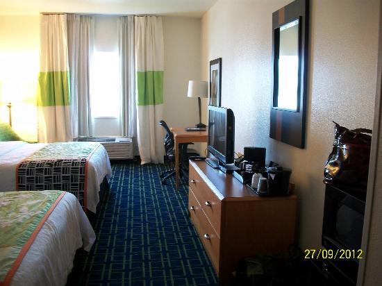 Fairfield Inn Salt Lake City Draper: Desk with internet, chest of drawers and TV