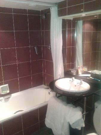 The Greyhound Hotel: bathroom