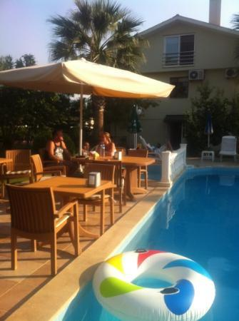 Asena Motel: eating by the pool