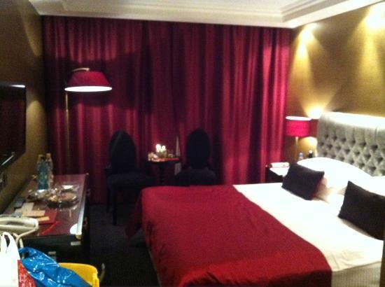 Khreschatyk Hotel: Hotel room, nice colours