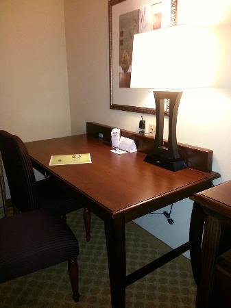 Comfort Inn & Suites Airport Dulles-Gateway: Desk area with plenty of outlets.