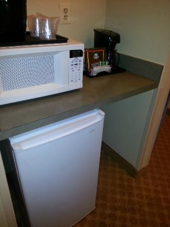Comfort Inn & Suites Airport Dulles-Gateway: Microwave, refrigerator and coffee station also had tea to choose from.