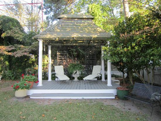 The White Doe Inn Bed & Breakfast: Gazebo