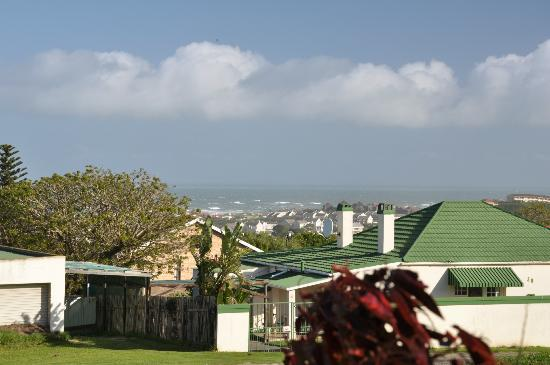 Villa Vista Guest House: View from the garden to the beach!