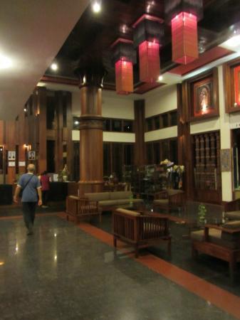 Royal Empire Hotel: atrio grandissimo con arredi caldi e accoglienti