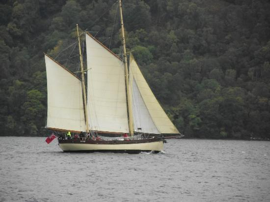 Loch Ness Highland Cottage B&B: Passing ship