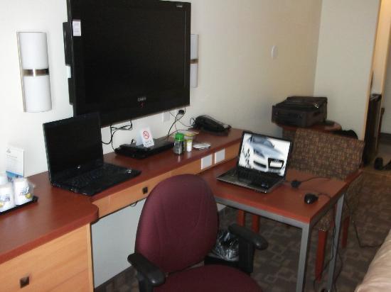 Days Inn Grande Prairie: pull out desk and office chair