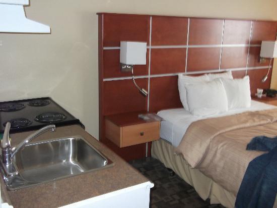 Days Inn Grande Prairie: bed