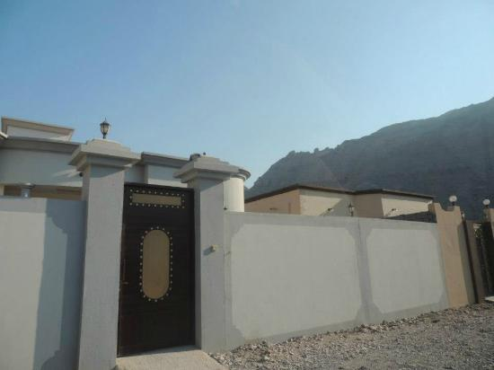Al Taif Tours Accommodation: A big gate is also
