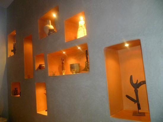 Riad Trois Cours: bathroom wall