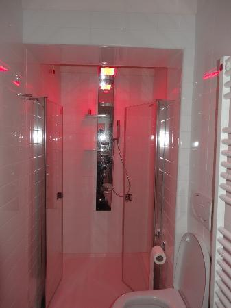 San Petronio Vecchio: Bad mit roter Beleuchtung - die Dusche tut so gut (Massage)