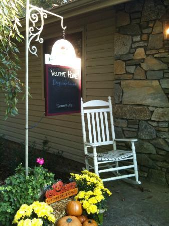 Acorn Bed and Breakfast at Mills River: Welcoming walkway