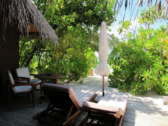 Mirihi Island Resort: El acceso a la playa