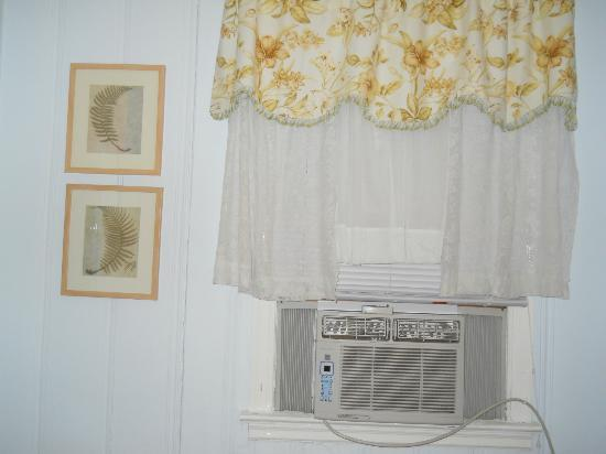 Owens' Motel: Noisy air conditioner