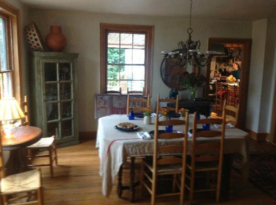 Fan House Bed and Breakfast: breakfast table