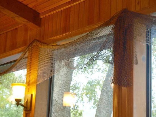 Jojo's Catfish Wharf: Nets on the windows add to the decor