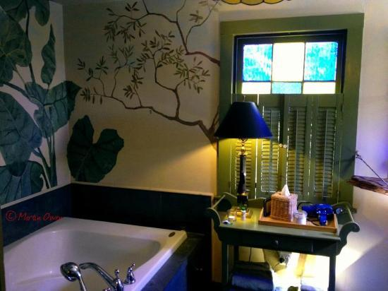 Shadetree Inn: Bathroom & jacuzzi tub