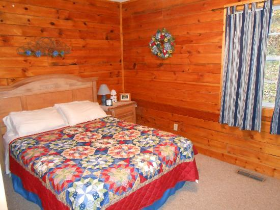 Blue Rose Cabins: bedroom