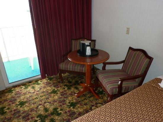 Ramada Mackinaw City Waterfront: Table and hard chairs