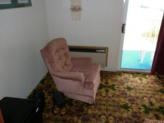 Ramada Mackinaw City Waterfront: Rocking swivel chair