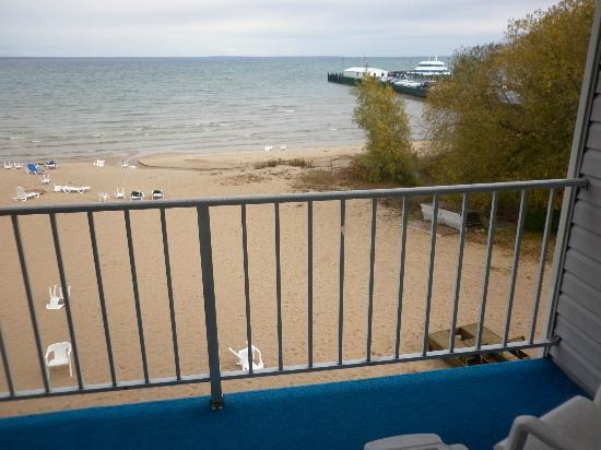 Ramada Mackinaw City Waterfront: View from the balcony next door to one of the ferry lines