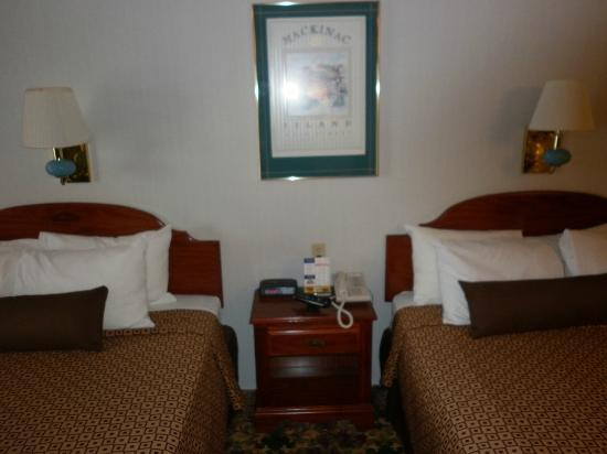 Ramada Mackinaw City Waterfront: Phone and clock radio