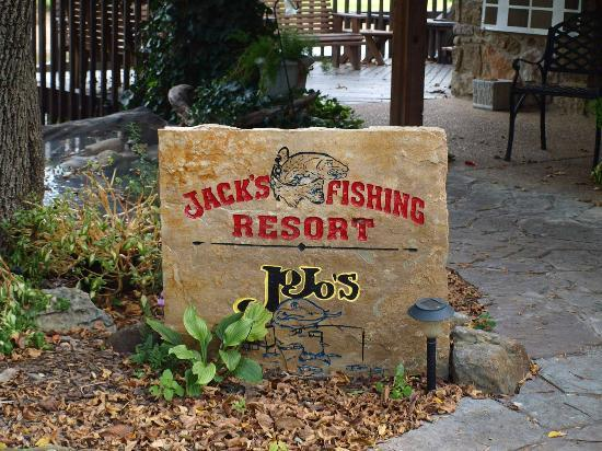 Jojo's Catfish Wharf: Jo Jo's overlooks Jack's Fishing Resort on same walk