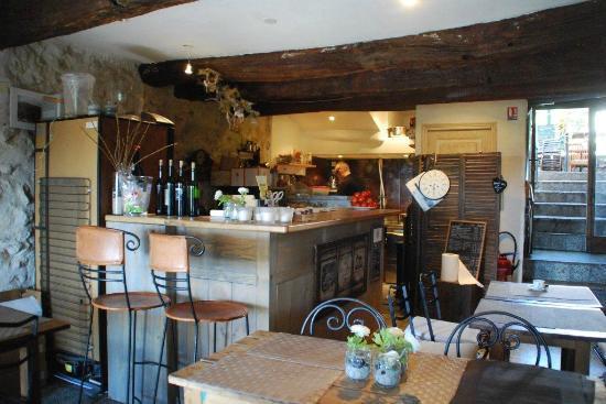 La Cave de Tourrettes: La salle et la cuisine avant le rush !