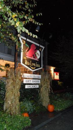 The Red Lion Inn: Red Lion Inn at night