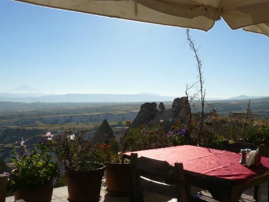 Takaev Cave Hotel: ontbijten op het terras..