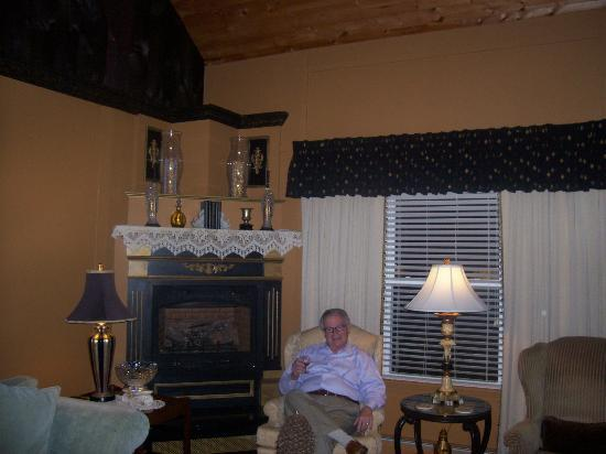 Haven By The Sea B&B Inn: Entry parlor where guests can enjoy a glass of sherry.
