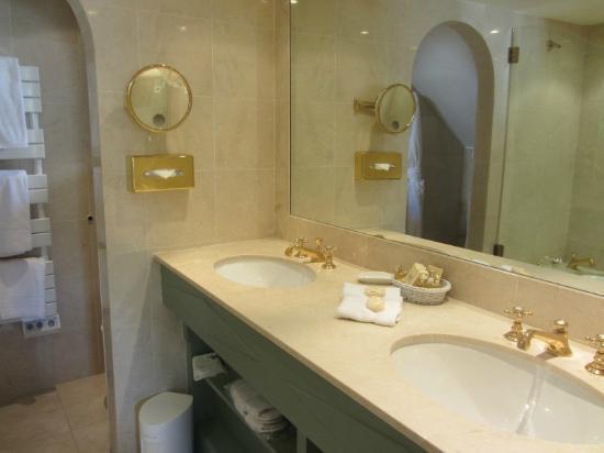 Hotel La Ponche: Beautiful Bathrooms!