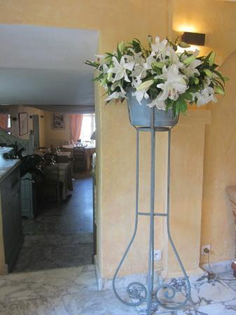 Hotel La Ponche: Bar area looking towards dining room