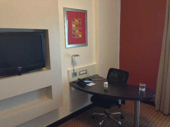Holiday Inn Sandton - Rivonia Road: Desk and TV