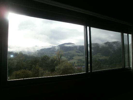 La Casona de Abamia: vista desde la habitación a los picos de Europa