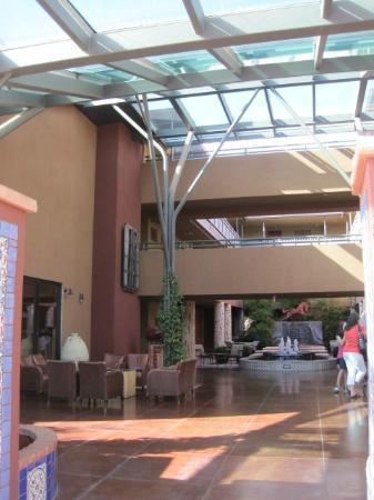 Sedona Rouge Hotel and Spa: ホテル入り口からの眺め