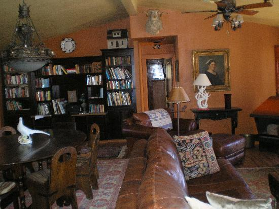Casa de los Desperados: The lodge's living room