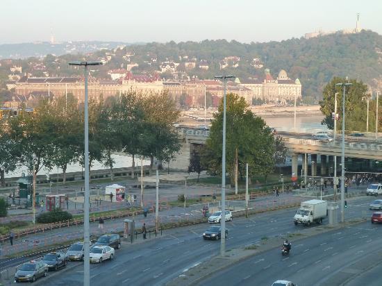 Mercure Budapest Duna: View toward Tram Stop