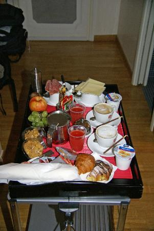 Town House Fontana Di Trevi: Breakfast in our room