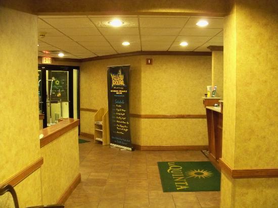 La Quinta Inn Buffalo Airport: Main Lobby.