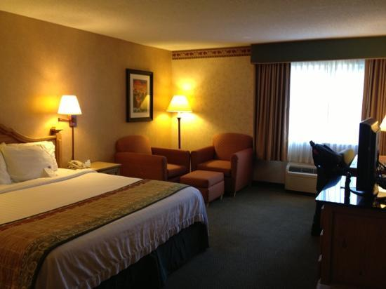 Courtyard by Marriott Santa Fe: comfy bed and extra fluffy pillows, with a lovely seating area made our stay relaxed and restful