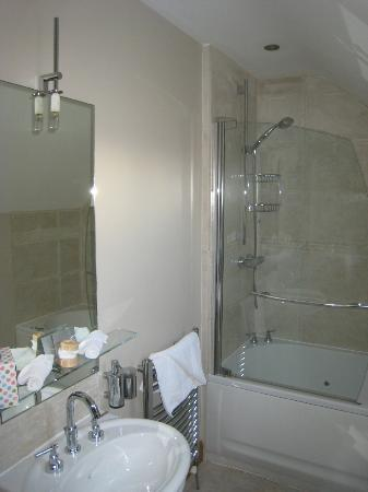 Strand House Bed and Breakfast: The immaculate bathroom