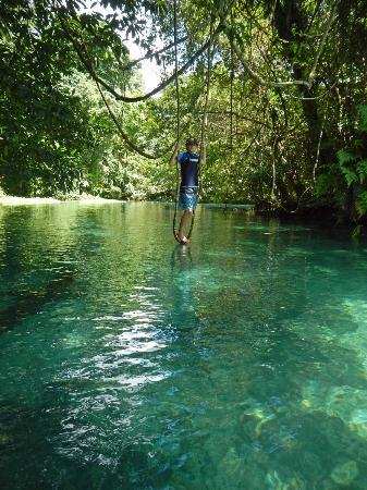 Oyster Island Resort: Kayaking up to the Matavula Blue Hole
