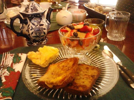 Mississippi Manor B&B: Breakfast: cinnamon bread french toast, omelette & fruit salad