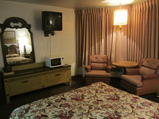 Stagecoach Motel : Typical room with queen sized bed