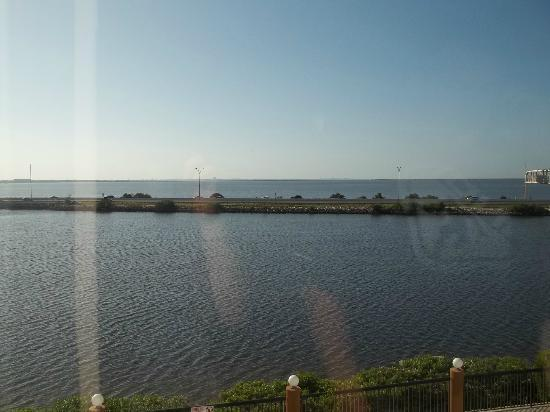 Holiday Inn Express Tampa - Rocky Point Island: Beautiful view from hallway