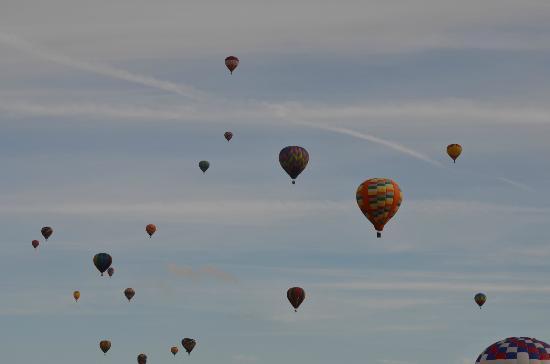 Hampton Inn Statesville: Balloons flying over hotel