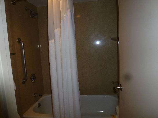 Holiday Inn Bridgeport : Tub/shower